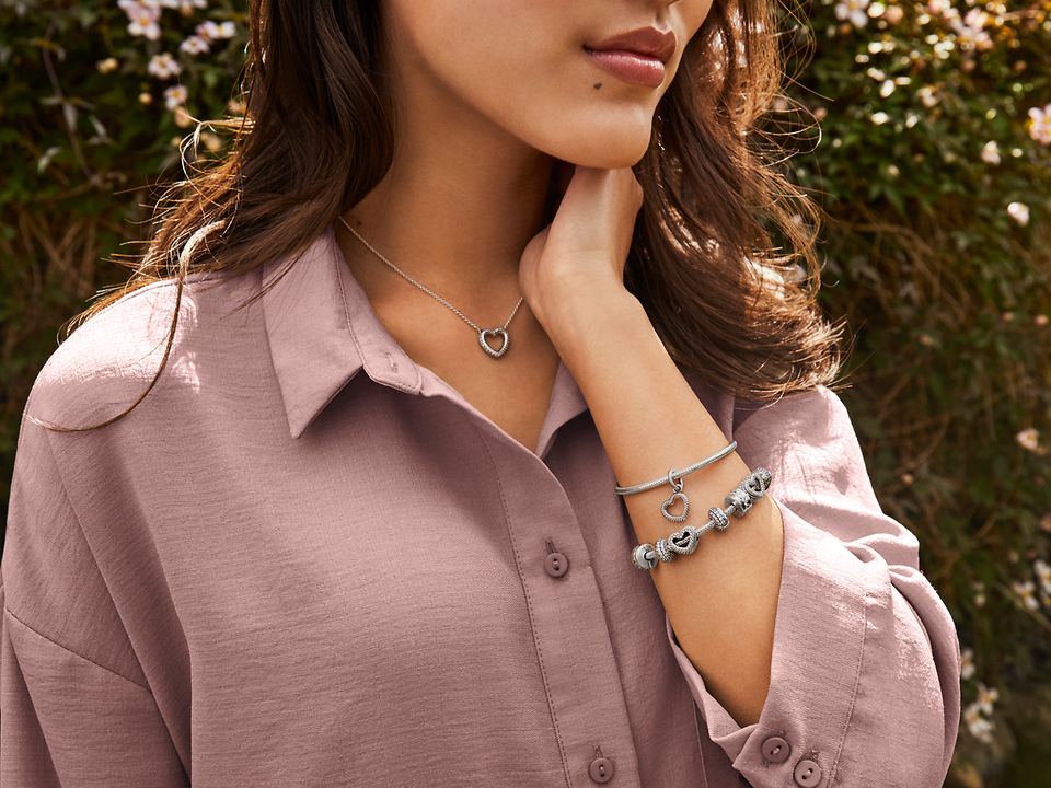 Pandora Iconsコレクションのスネークチェーン模様ネックレス、ブレスレットとチャーム