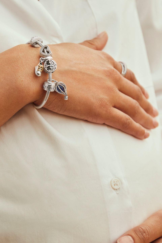 Bracelet en argent sterling avec des charms célébrant l'arrivée de bébé