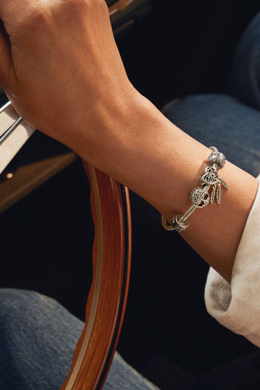 Bracelet Pandora Moments agencé avec des charms inspirés du voyage
