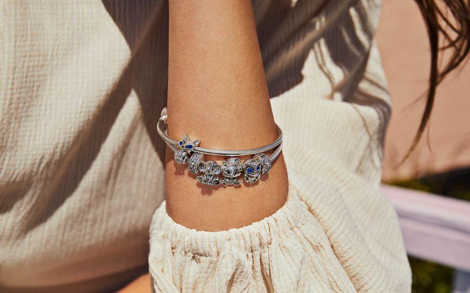 Srebrne bransoletki Pandora: modułowa i bangle z charmsami w kształcie zwierząt