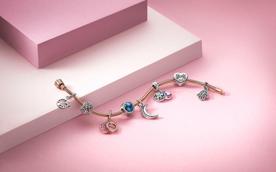 Pandora Symbolic Collection: et charmarmbånd i Rose stylet med symbolske charms