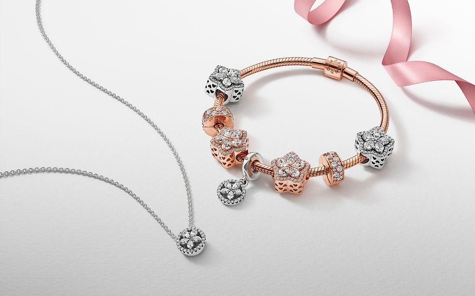 Pandora Timeless串飾,配搭手鏈及同款雪花吊墜。