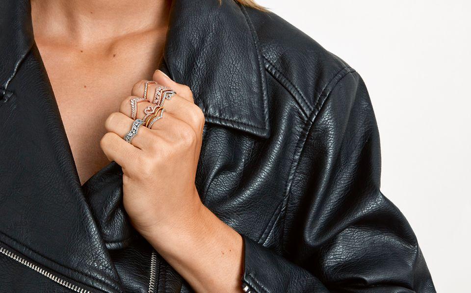 Modelka nosząca pierścionki Pandora Wish z różnych metali.