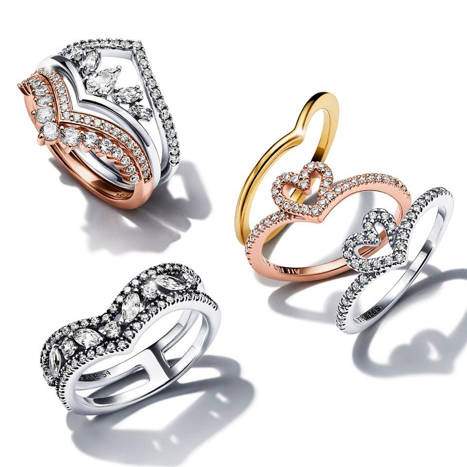 En stabel af Pandora Wish ringe i forskellige metalnuancer.