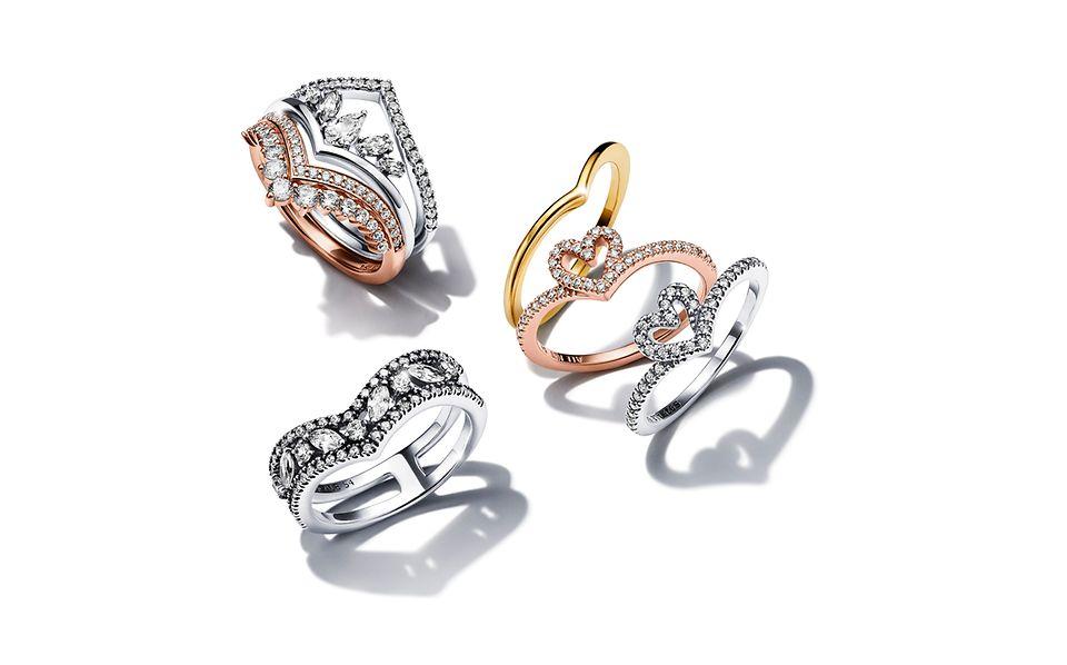Een stapel Pandora Wish-ringen in verschillende metalen finishes.