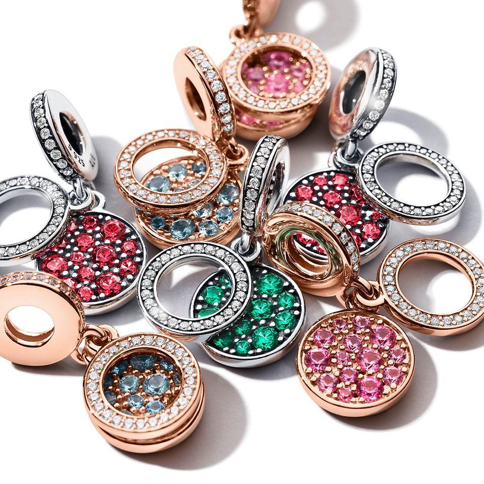 Una selezione di charm pendenti scintillanti Pandora Colours.