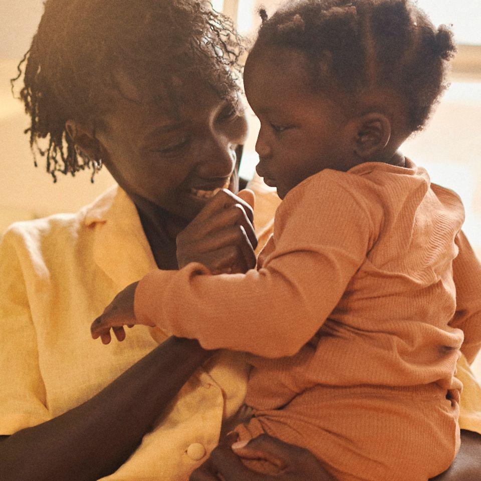 Escena de la serie Nuestra hermandad en la que se presenta a Chaneen con su hija.