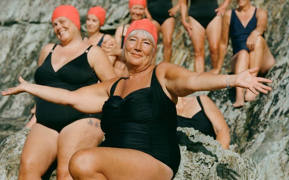 Shot uit de Pandora Our Sisterhood-serie met de Bluetits-zwemgroep