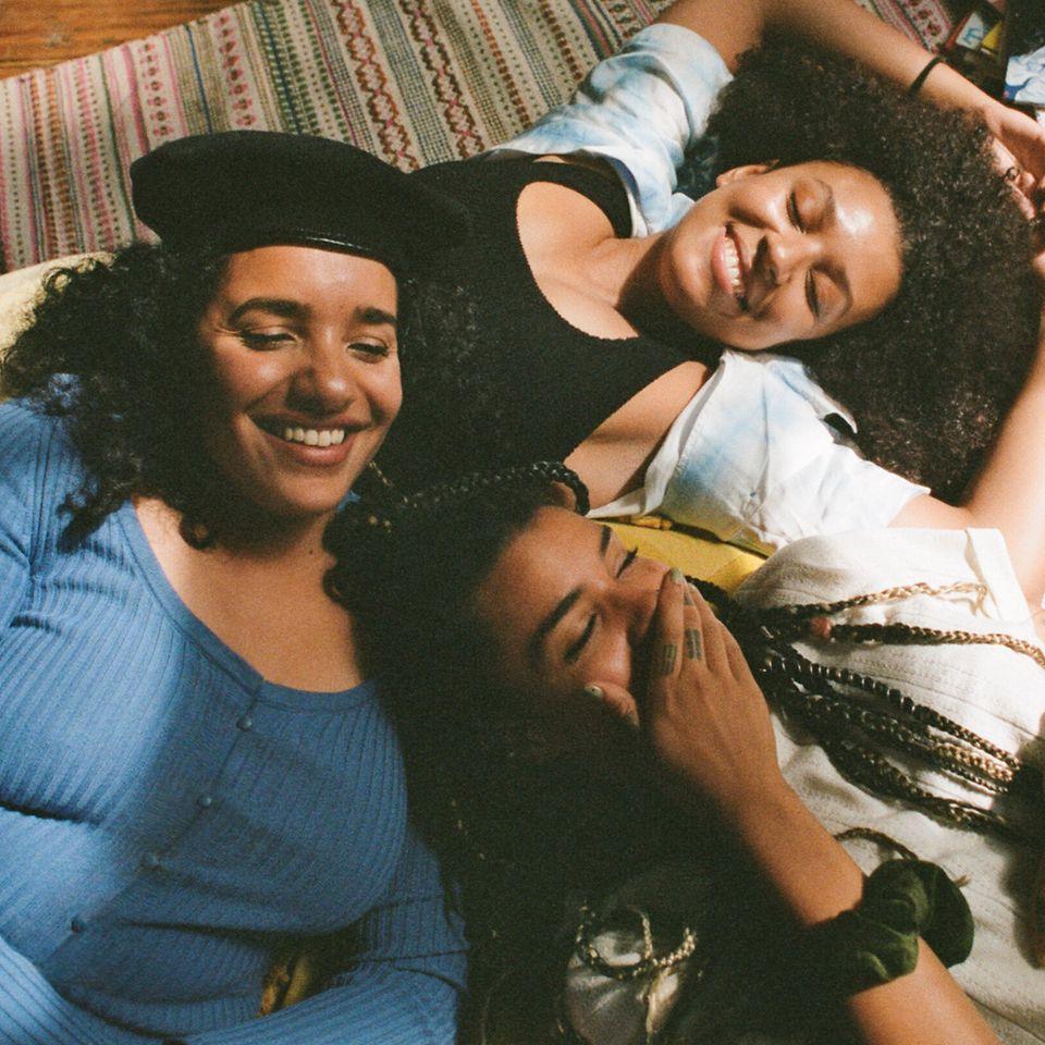 DJ共同体「Creole Cuts」が登場する、Pandoraの『Our Sisterhood(私たちのシスターフッド)』シリーズからのシーン。