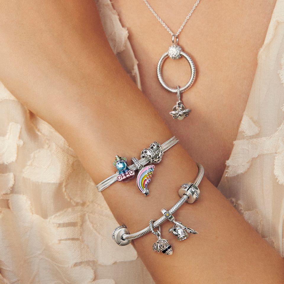 佩戴着Pandora Moments手链、项链和串饰的模特。