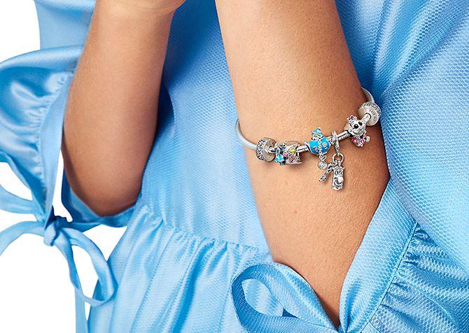 Model trägt Pandora Armband Disney x Pandora Charms.
