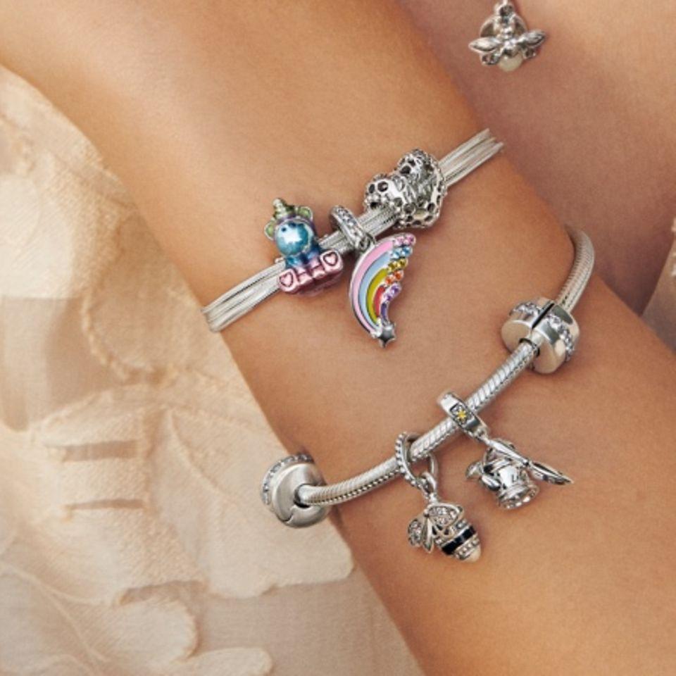 模特兒佩戴 Pandora Moments 手鏈、項鏈和串飾。