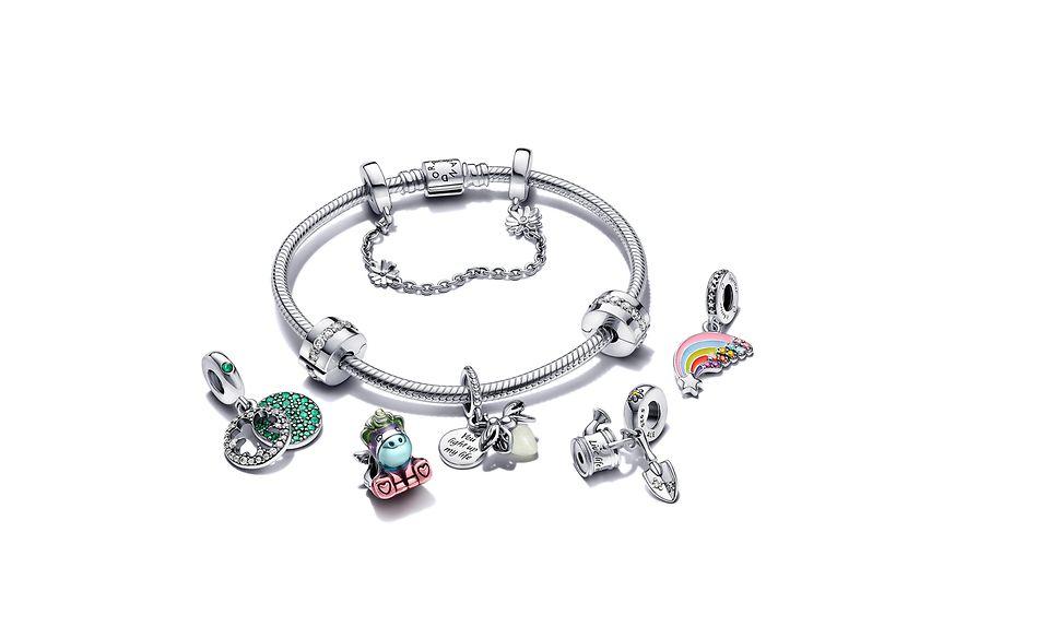 Pandora Moments Armband, Clips, Anhänger und von der Natur inspirierte Charms.