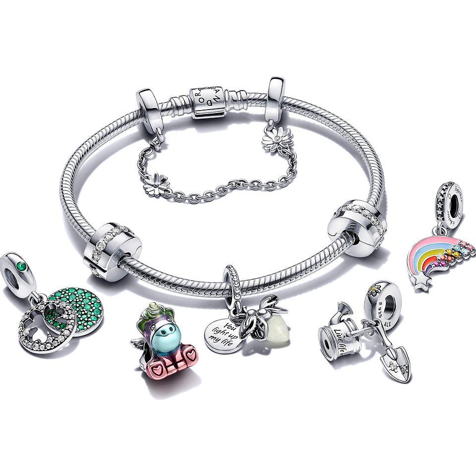 Pandora Moments-armband med clipberlocker, hängande och naturinspirerade berlocker.