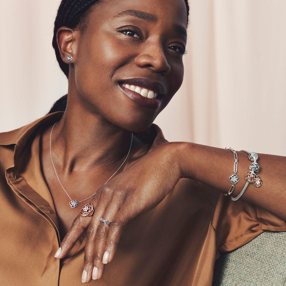 模特兒演繹 Pandora Timeless 系列戒指、項鏈和手鏈。