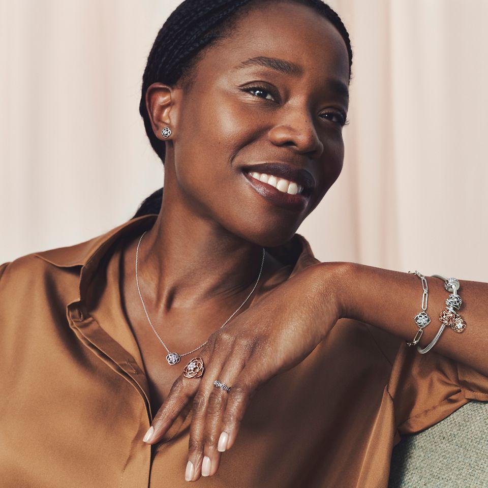 Model trägt Pandora Timeless Ringe, Halskette und Armband.