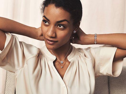 模特佩戴 Pandora Timeless 项链、手链及耳环。