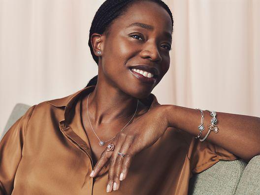 Mannequin portant des bagues, un collier et un bracelet de la collection Pandora Timeless.