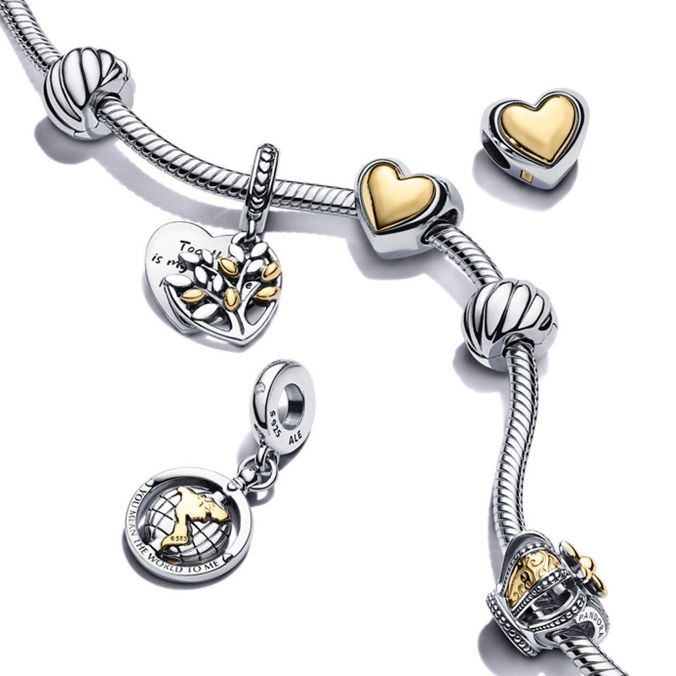 Pandora Moments 金屬雙色蛇形手鏈,配搭金屬雙色串飾和吊飾。