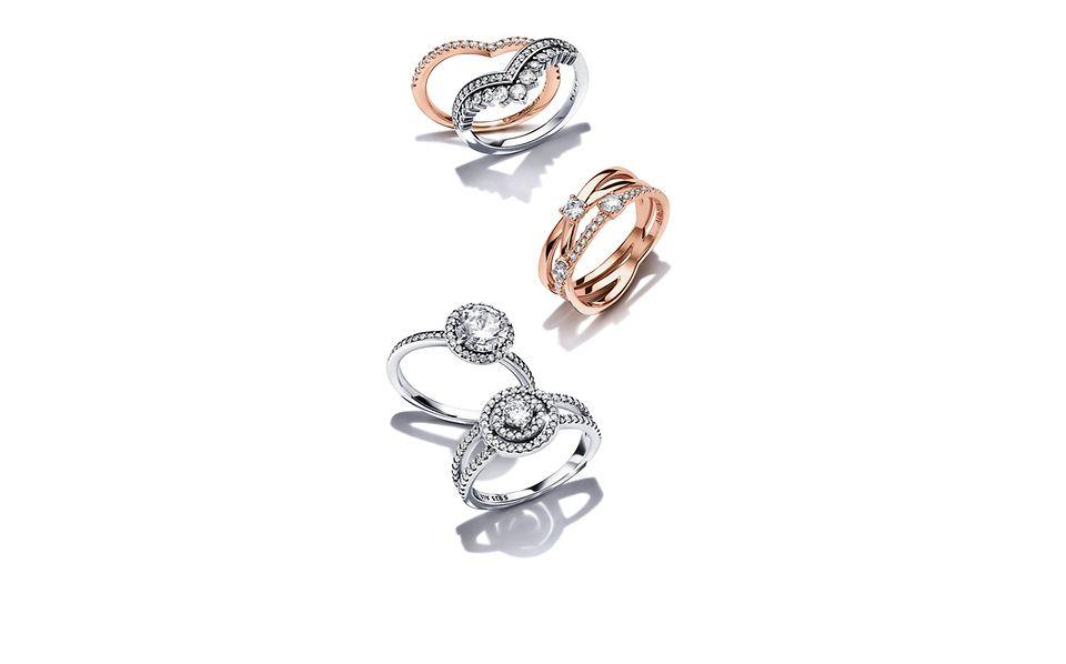 Pandora Timeless ringe, der er håndforarbejdede i sterlingsølv og Pandora Shine.