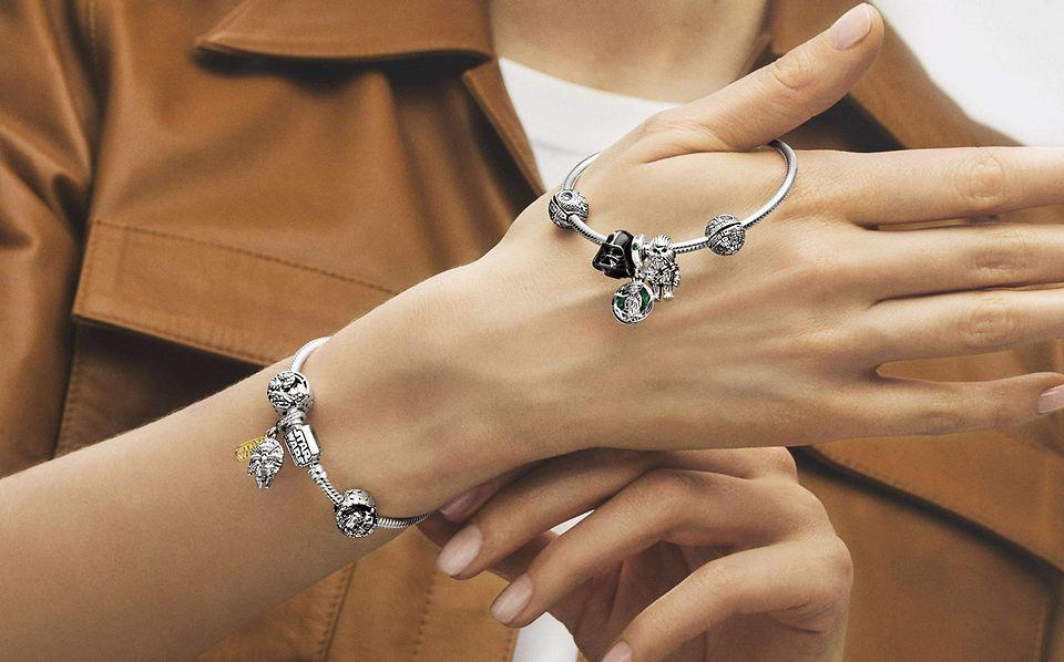 Femme portant un bracelet en argent 925/1000e avec des charms colorés de la collection Star Wars x Pandora