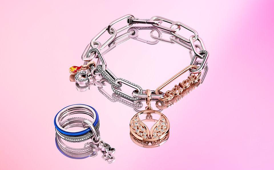 Bransoletki Pandora ME z ogniwami, charmsem platerowanym 14-karatowym różowym złotem oraz błękitnym pierścionkiem