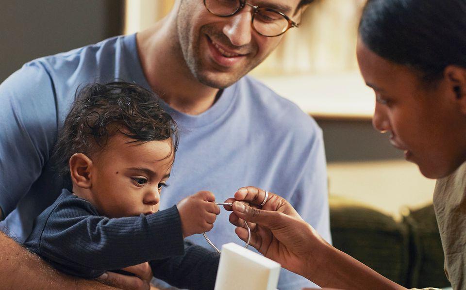 Vater und Baby schenken der Mutter Schmuck von Pandora.