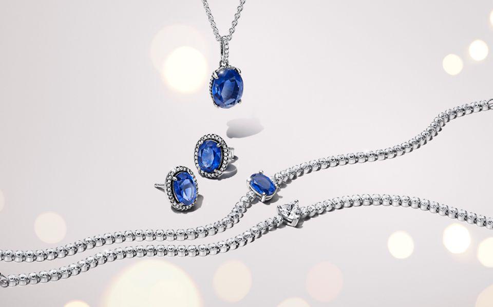 Collier, boucles d'oreilles et bracelet en argent 925/1000e sertis de pierres de la collection Pandora Timeless.