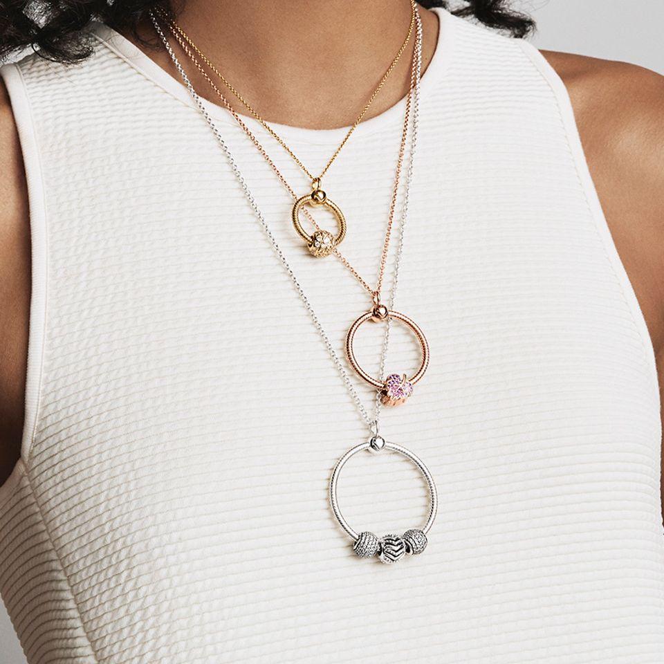 Pandora Moments O-hängsmycket i tre metaller och storlekar.