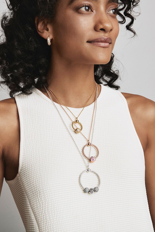 Le pendentif en O Pandora Moments en trois finis métalliques et en trois tailles.
