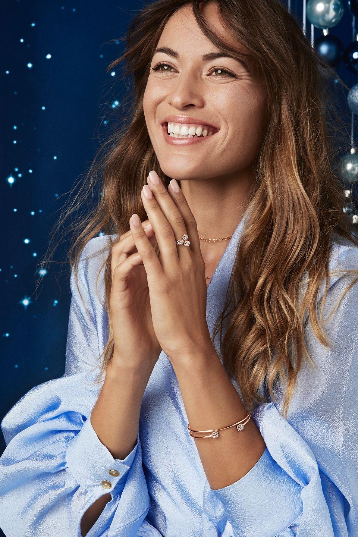 Timeless Elegance 系列的 Pandora Rose 飾品,包括可疊戴開圈款式,呈現突出的寶石鑲工,是佳節送禮之選。