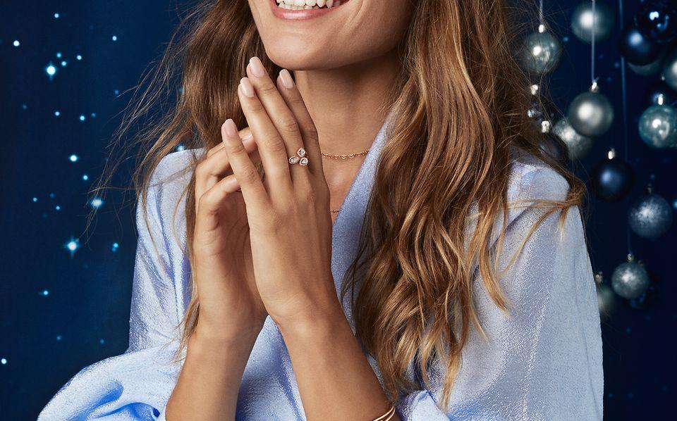 W kolekcji Ponadczasowa elegancja znajdziesz otwarte bransoletki i pierścionki Pandora Rose ozdobione kamieniami w odświeżonej oprawie – to idealne prezenty świąteczne.