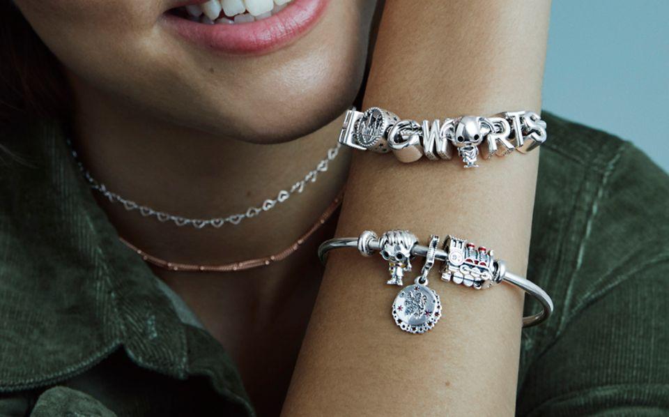 Entdecke Harry Potter-Schmuck für ihr Pandora Armband, die den Zauber von Schloss Hogwarts einfangen.
