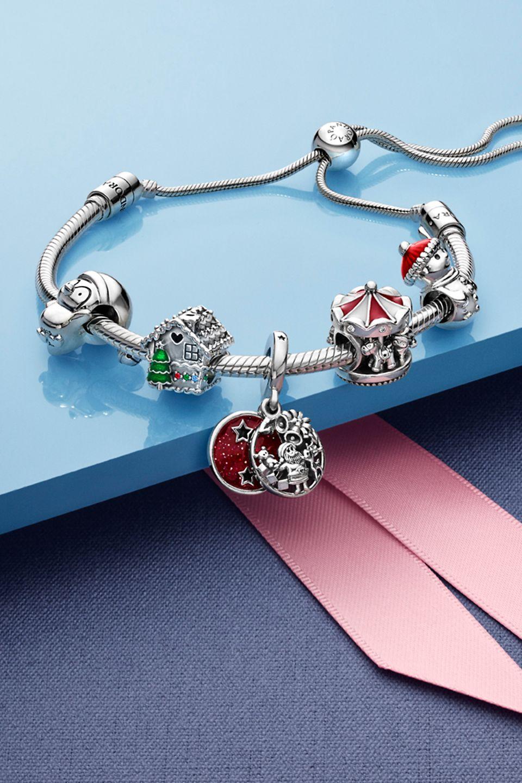 Pynt dit Pandora Moments-armbånd med dine foretrukne julecharms i sterlingsølv, og spred en glad julestemning.