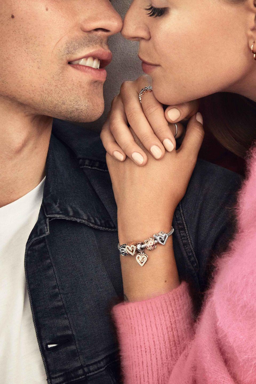 En cette Saint-Valentin, offrez un cadeau Pandora qui vient du cœur et montrant que vous la connaissez parfaitement en optant pour des clous d'oreilles, des bracelets, des colliers et des charms pleins d'amour.