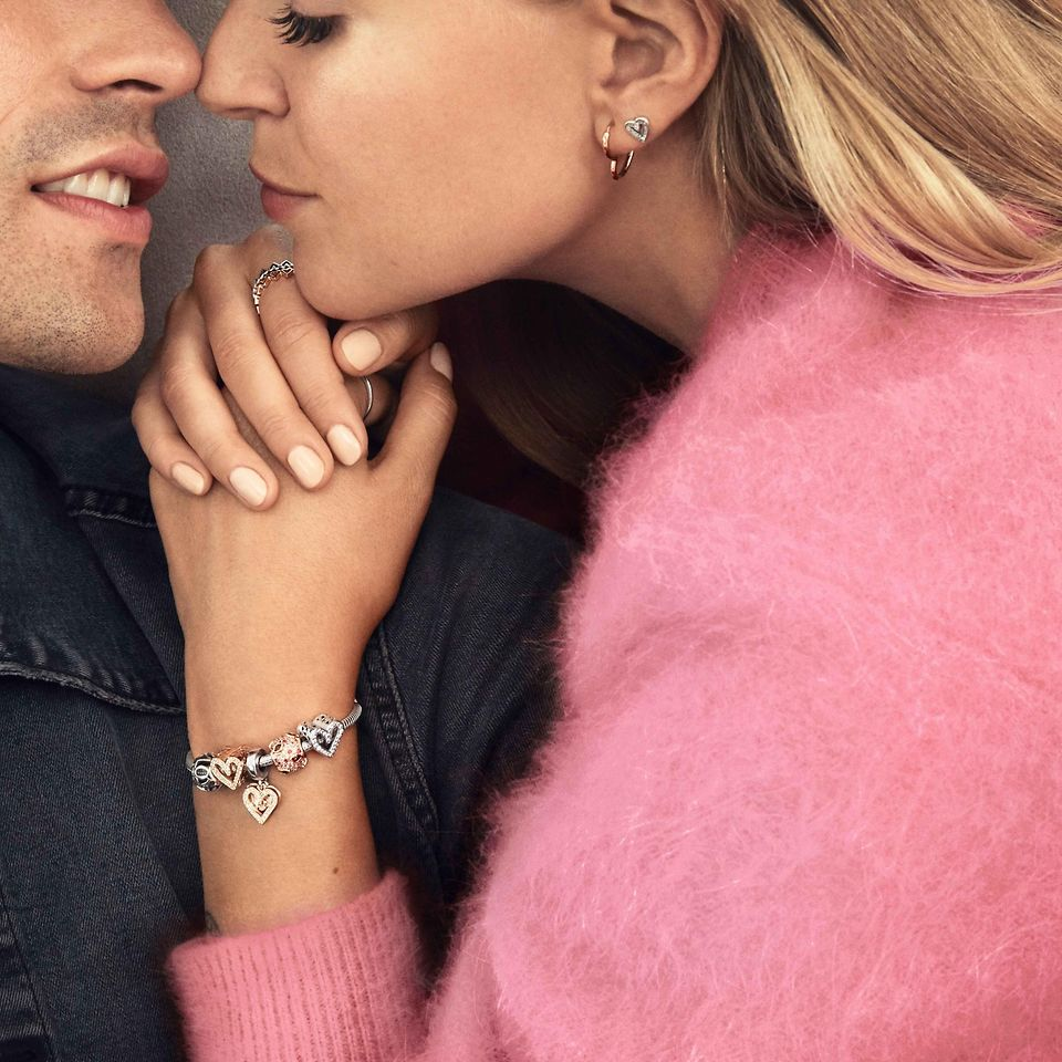 W te Walentynki podaruj romantyczną biżuterię Pandory, która pokaże, jak dobrze ją znasz – wybierz kolczyki, bransoletki, naszyjniki i charmsy, które wyrażą Twoją miłość.