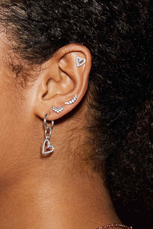 Mixa och matcha stiftörhängen, creoler och ear jackets i sterlingsilver, Pandora Rose och Pandora Shine och skapa din personliga örhängeslook med meningsfulla smycken.