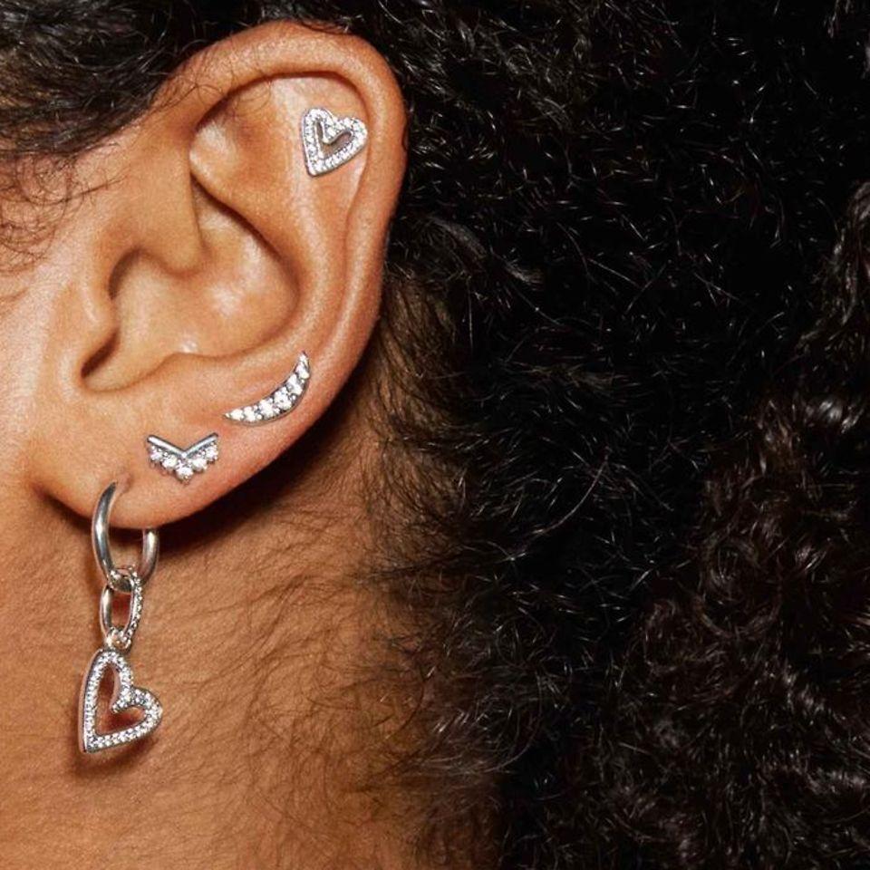 スターリングシルバー、Pandora Rose、Pandora Shineのイヤースタッズ、フープ、イヤージャケットを自由にミックス&マッチして、耳元をあなたらしくスタイリング。