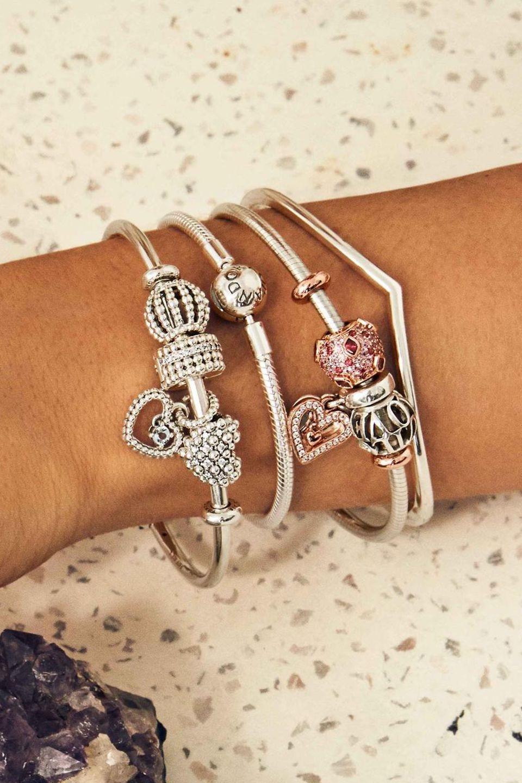 Affichez votre personnalité en superposant des bracelets souples et rigides, avec ou sans charms, pour créer un style qui n'appartient qu'à vous.