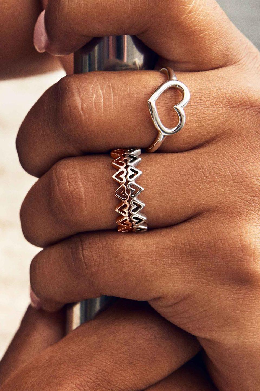 Znajdź połączenie, które idealnie do Ciebie pasuje – ozdabiaj dłonie kombinacjami pierścionków ze srebra oraz Pandora Rose i zmieniaj je tak często, jak zechcesz.