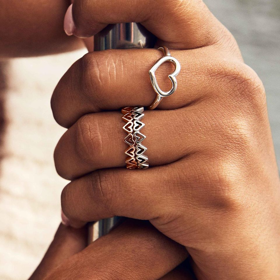 Find the combination that works for you with by stacking rings in Pandora Rose and sterling silver and create fun shapes that you can switch up as often as you like.