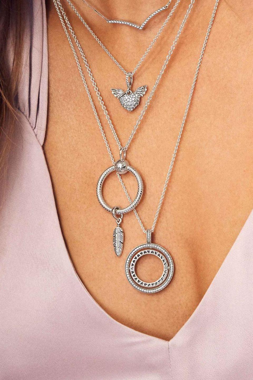 Twórz niepowtarzalne stylizacje, łącząc naszyjniki ze srebra lub z wykończeniem Pandora Rose oraz Pandora Shine i ozdabiaj je charmsami, które opowiedzą historię Twojego stylu.