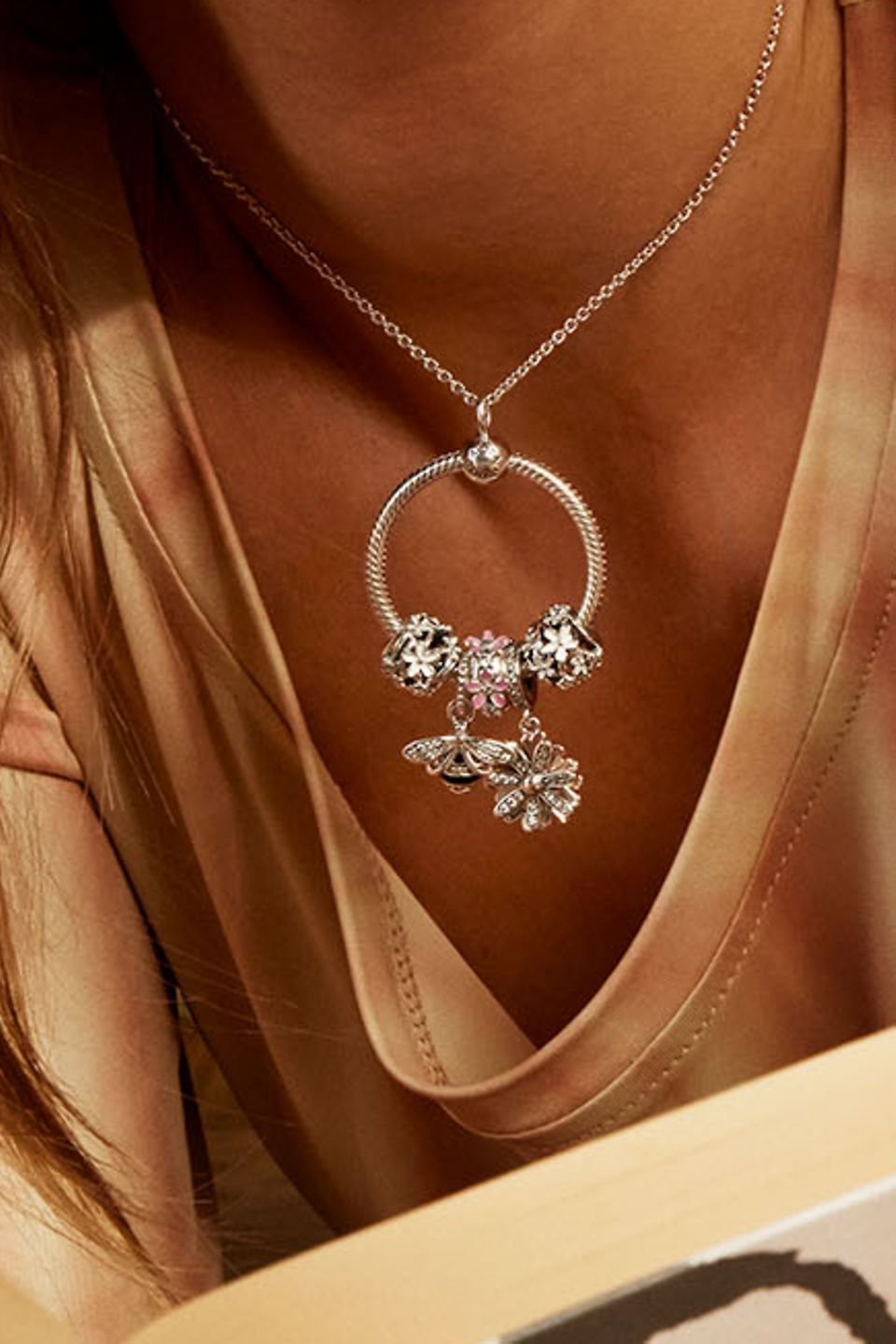 Bring Pandora Garden into your look with daisy-inspired charms and earrings.