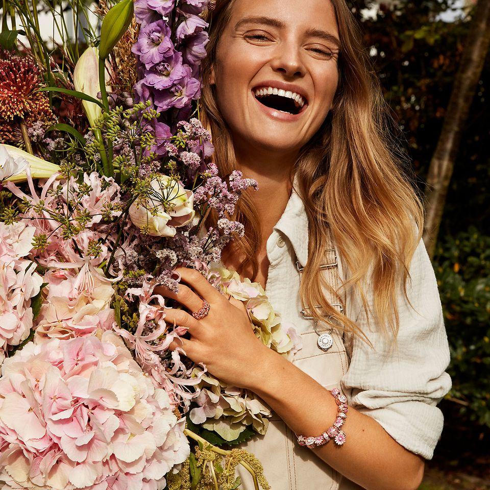 Gestalte Deinen eigenen Blumenstrauß mit Schmuck aus der Pandora Garden Kollektion.