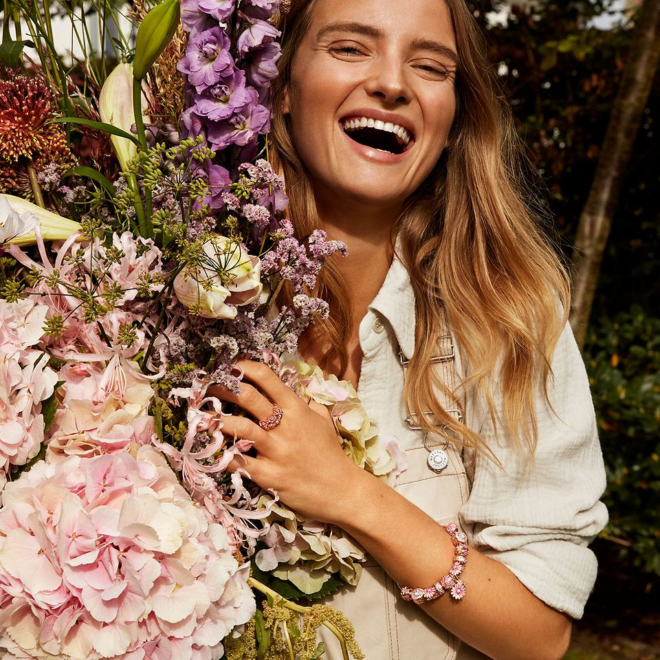 Create your own bouquet with jewellery from the Pandora Garden collection.