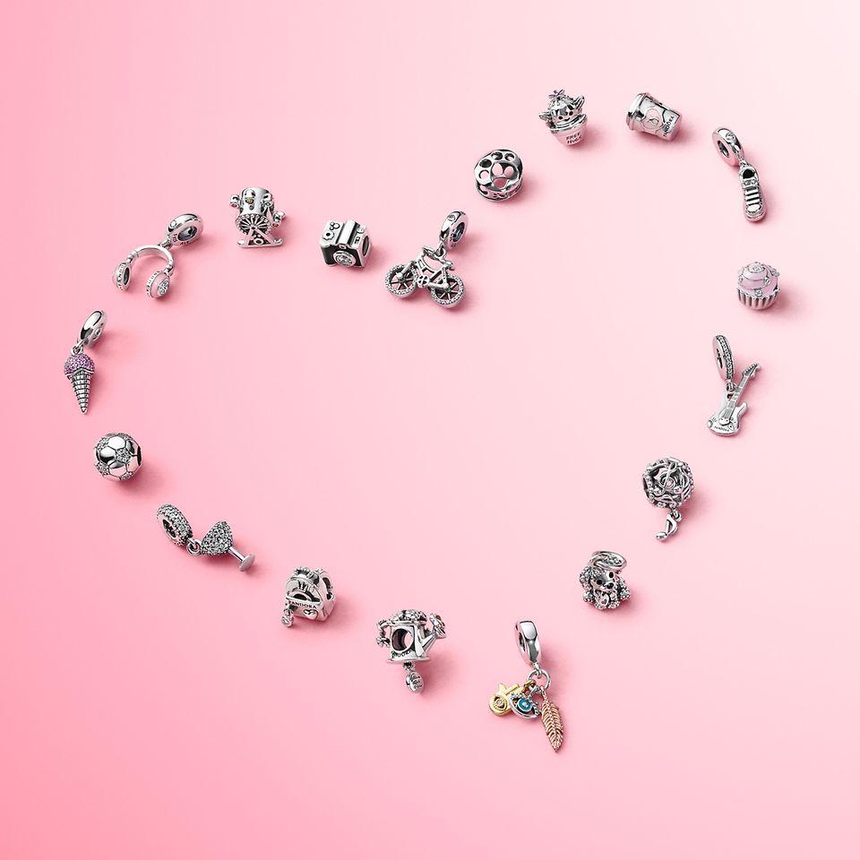 Bär berlocker som lyfter fram allt du älskar med kollektionen Pandora Passions.