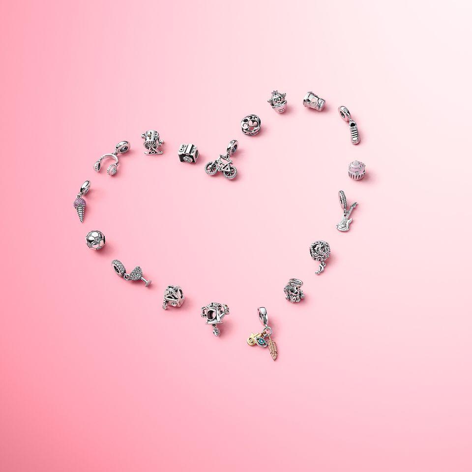 Portez des charms incarnant tout ce que vous aimez avec la collection Pandora Passions.