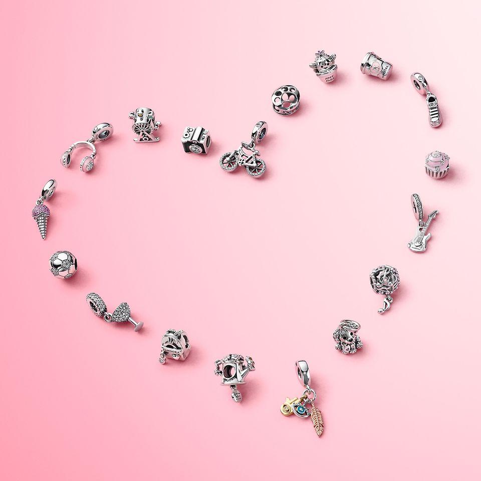 Bær charms, der fremhæver det, du elsker, med Pandora Passions-kollektionen.