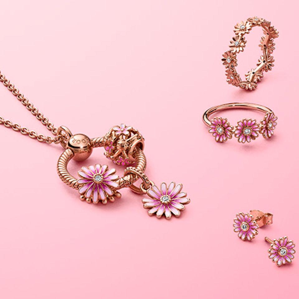 Style Deinen eigenen Blumenstrauß mit Schmuckstücken aus der Pandora Garden Kollektion.