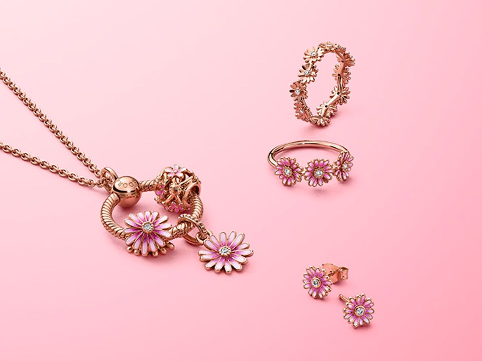 Style your own daisy bouquet with pieces from the Pandora Garden collection.